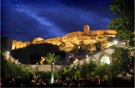Patio de los naranjos este jueves a las 19 30 jayr n y - Hotel los patios almeria ...